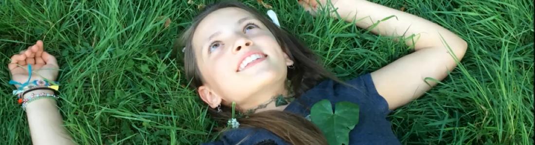 fille alongee dans l'herbe pendant le jeu photo creative a chateau beaumont