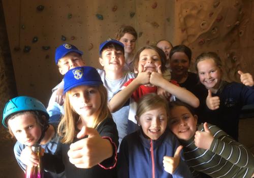 groupe d'enfants pendant l'activite d'escalade
