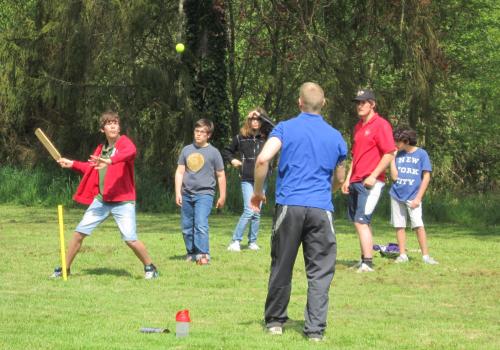 groupe d'enfants jouant au cricket a chateau beaumont