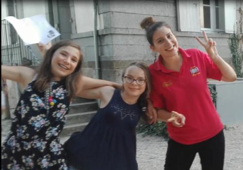 filles avec leur animatrice lors un jeu d'equipes