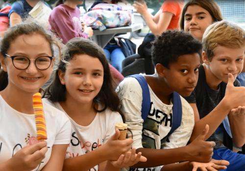 groupe de filles et garçons en visite de detente au refuge de l'arche