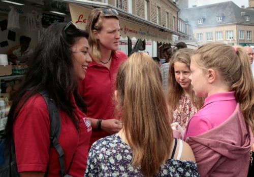 les animatrices encouragent les enfants a pratiquer l'anglais en lors d'une visite au marche