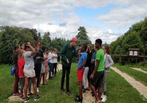 groupe d'enfants en colonie de vacances anglaise pendant activity lines