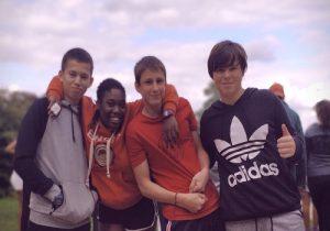 groupe de jeunes pendant les jeux d'equipe en colonie de vacances anglaise a chateau beaumont