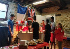 groupe de jeunes durant le petit dejeuner a chateau beaumont