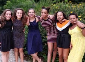 groupe de filles pendant la fet de fin de sejour a chateau beaumont