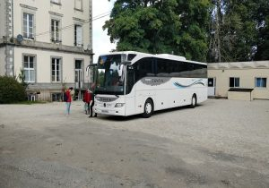 depart du chateau pour une excursion en bus grand voyage